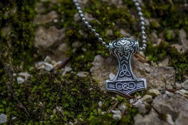 Dieser Mjöllnir - Thors Hammer - ist ein Beispiel für den Glauben im Alltag.